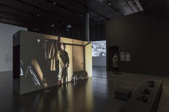 베트남 작가 딘 큐 레의 '모든 것은 재연이다'가 설치된전시장 모습.사진=백남준아트센터