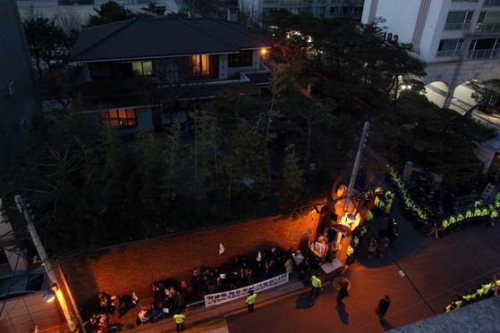 박근혜 전 대통령이 삼성동 자택에 머물고 있는 가운데 13일 오후 서울 강남구 삼성동 박 전 대통령 자택에 불이 켜지고 있다. 사진공동취재단