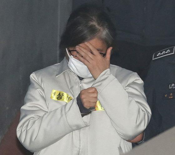 최순실씨가 13일 오전 서울중앙지법에서 열린 국정농단 사건 19차 공판에 출석하고 있다. [사진 김경록 기자]