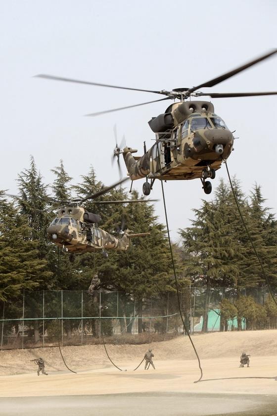 육군 2작전사 기동예비전력인 특공부대 장병들이 침투한 적 격멸을 위해 수리온 헬기에서 패스트로프로 신속히 강하하고 있다. [사진 육군]