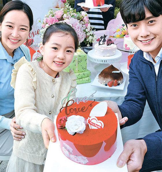 파리바게뜨는 화이트데이(14일)를 맞아 시즌 한정 케이크를 비롯한 기획제품 70여종을 출시했다. 13일 서울 서린동 파리바게뜨에서 모델들이 '사랑의 레드벨벳 케이크'를 선보이고 있다. [뉴시스]