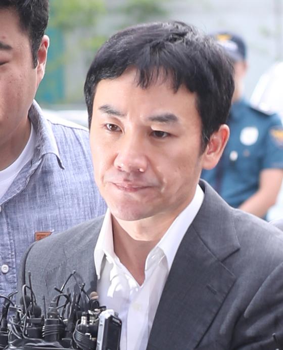 지난해 9월 엄태웅이 성폭행 혐의 조사를 받기 위해 경기 분당경찰서에 출석하고 있다. [사진 일간스포츠]