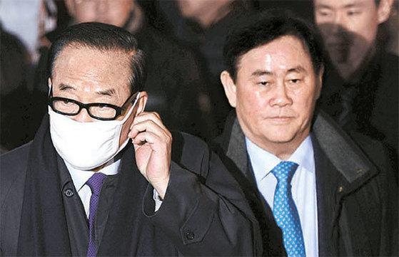 자유한국당 서청원(왼쪽)·최경환 의원이 지난 12일서울 삼성동 박근혜 전 대통령 자택 앞에서 박 전대통령의 도착을 기다리고 있다. [뉴시스]