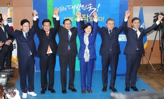 더불어민주당 대선 후보들이 14일 서울 여의도 당사에서 열린 제19대 대통령선거후보자 공명 경선선언식에 참석해 경선 기호를 추첨했다. 이재명 성남시장(왼쪽)은 이날 운동화를 신고 나왔다. 이 시장을 제외한 나머지 세 후보는 모두 구두를 신었다. 오종택 기자