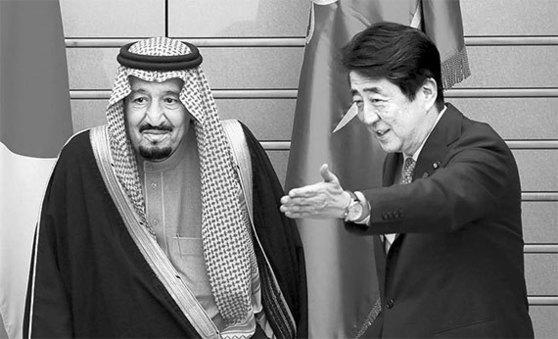 아베 신조 일본 총리(오른쪽)와 만난 살만 빈 압둘아지즈 사우디아라비아 국왕. [로이터=뉴스1]