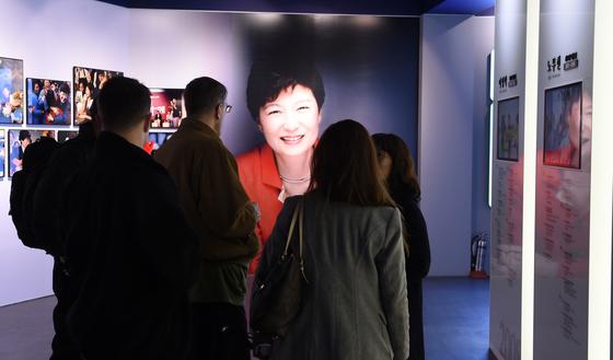 박근혜 전 대통령이 청와대를 떠난 지 사흘째인 14일 청와대사랑채의 청와대관에 박 전 대통령의 사진이 전시돼 있다. [사진 중앙포토]