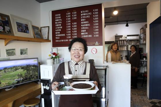 관광객을 반갑게 맞아주는 욕지도 바리스타 할머니들은 카페 명성을 이끈 장본인이다.