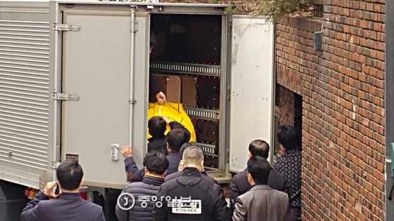 12일 오후 서울 삼성동 박근혜 전 대통령 자택 앞에 청와대 경호팀에서 사저로 가저온 물건들이 차에서 내리고 있다.