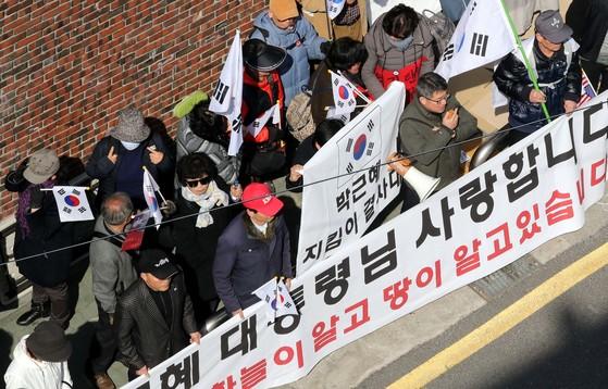 13일 오후 서울 강남구 삼성동 박근혜 전 대통령 사저 인근에 박근혜 전 대통령 지지자들이 모여 있다. [중앙포토]