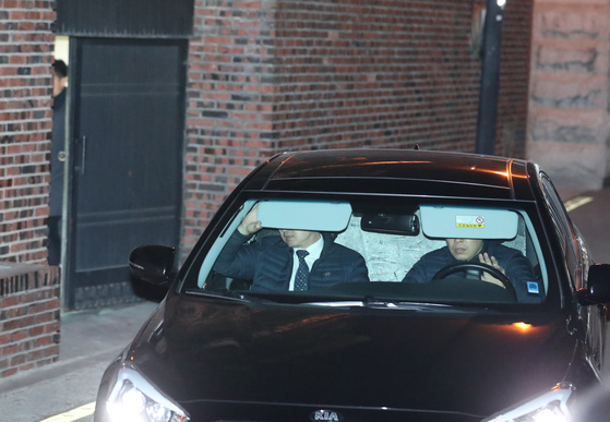 14일 오후 서울 삼성동 박근혜 전 대통령 자택에서 뒷자리를 가림막으로 가린 차량 한대가 나오고 있다