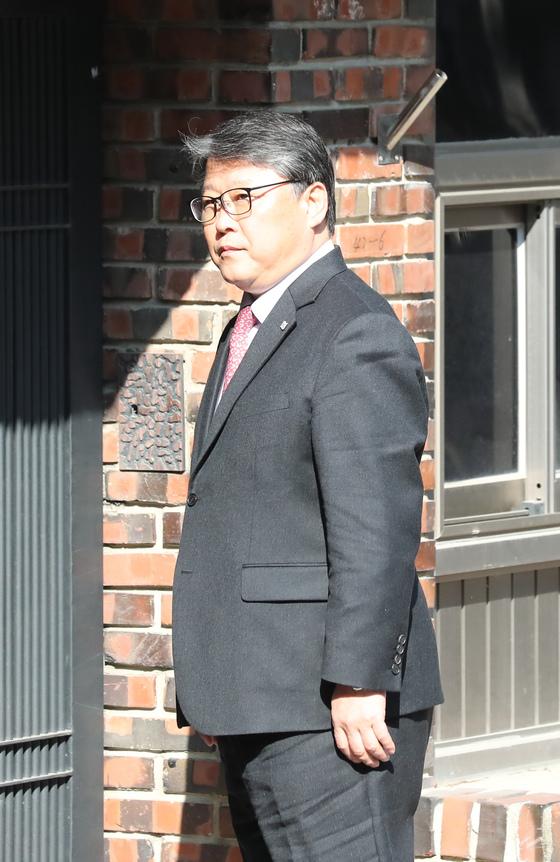 조원진 자유한국당 의원이 13일 오전 서울 삼성동 박근혜 전 대통령 자택으로 들어가기위해 기다리고 있다. 전민규 기자