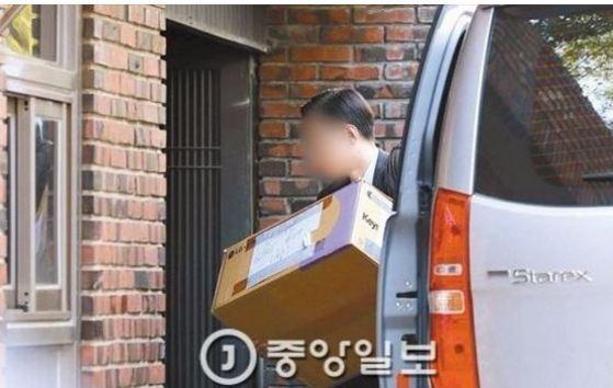 청와대 직원들이 10일 서울 삼성동 박근혜 전 대통령 사저로 짐을 옮기고 있다. 상자에 '한아세안 6030 8대(A급)' 표시가 보인다. [사진 중앙포토]
