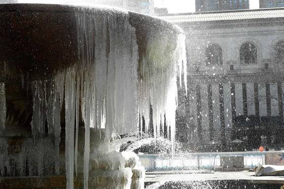 겨울폭풍 '스텔라' 영향으로 강 추위 닥친 미 뉴욕. 13일 뉴욕 브라이언트공원의 분수가 꽁꽁 얼었다.