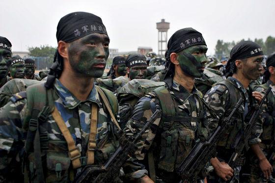 중국 해군 육전대 대원들이 2006년 사열을 받고 있다. [사진 위키미디어]