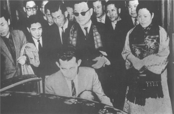 1962년 3월 22일 대통령직을 사임하고 안국동 사저로 돌아가는윤보선 대통령.