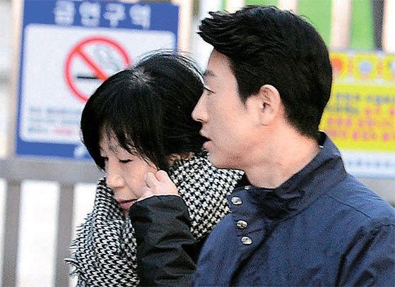김평우 변호사보다 30분 일찍 도착한 박 전 대통령의 전담 미용사 정송주 원장은 두 시간 머문 뒤 돌아갔다. [뉴시스]