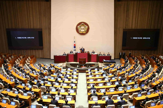 2016년 12월 9일 열린 국회 본회의에서 박근혜 대통령 탄핵소추안이 가결됨.