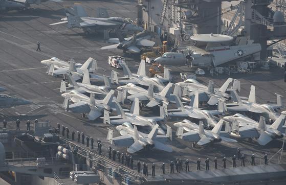 미 해군의 F/A-18 수퍼호닛 전투기들이 비행갑판 위에서 대기하고 있다. 송봉근 기자