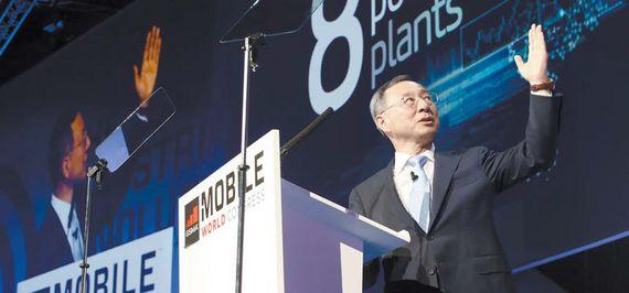 모바일 월드 콩그레스(MWC) 2017에서 기조연설을 하는 KT 황창규 회장. 황 회장은 '5G 너머 새로운 세상'을 주제로 2018년 평창에서 5G 시범서비스를 선보이기 위해 기울인 노력을 소개하고 5G가 어떻게 새로운 세상을 만들지를 설명했다. [사진 KT]