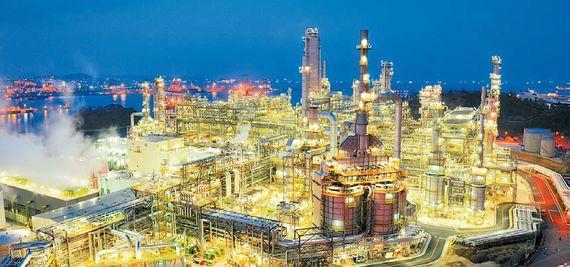 국내 정유산업의 투자를 선도하고 있는 에쓰-오일은 새로운 석유화학분야에 약 5조원에 이르는 대규모 투자를 진행하고 있다. 또 새로운 프로젝트를 통해 수익성 있는 종합 에너지 회사로 발돋움하고 있다. 사진은 에쓰-오일 울산공장 전경. [사진 에쓰-오일]