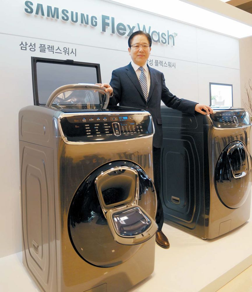 삼성 플렉스워시는 상부의 3.5kg 전자동세탁기 '콤팩트워시'와 하부의 대용량 드럼세탁기 '애드워시'를 일체형으로 설계해 콤팩트워시·애드워시·애드윈도우의 3도어 시스템을 완성했다. 기존 전자동과 드럼으로 나뉘던 세탁기 시장에 새로운 카테고리를 제시한 셈이다. [사진 삼성전자]
