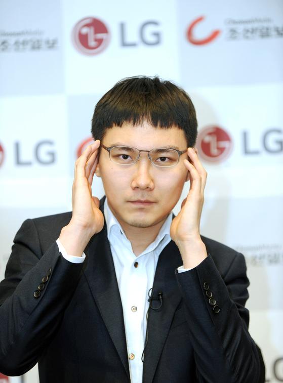 """일본판 알파고 '딥젠고'와 대결하는 박정환 9단. 박 9단은 """"업그레이드된 딥젠고를 이기긴 쉽지 않을 것 같다.하지만 AI 바둑을 잘 활용한다면 사람의 바둑이 더욱 발전할 수 있을 것""""이라고 말했다. [사진 한국기원]"""