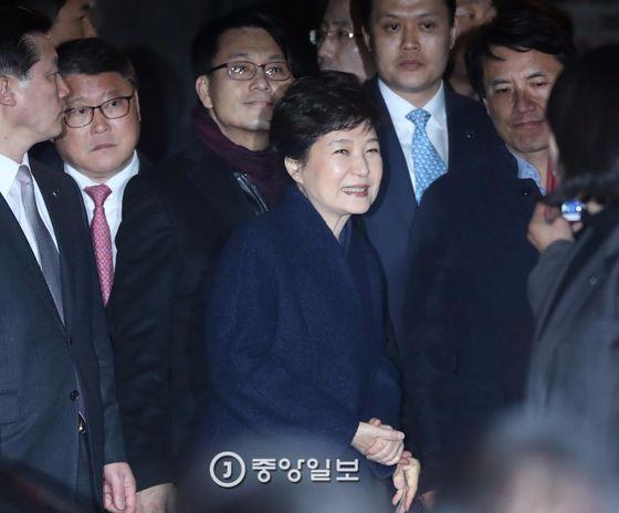 청와대에서 나온 박근혜 전 대통령이 지지자들과 인사를 나누고 있는 모습.