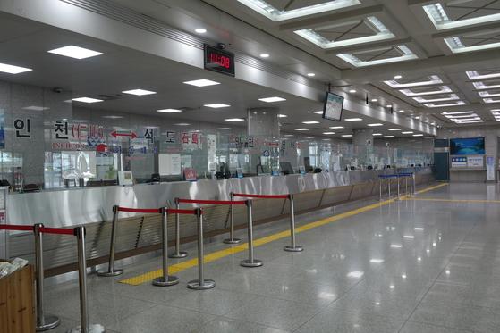 중국이 사드 보복 조치의 일환으로 15일 이후 한국 관광 금지령을 내리면서 한국과 중국을 오가는 카페리의 승객도 줄고 있다. 사진은 승객이 한 명도 없는 인천항 국제여객터미널 매표소. 최모란 기자