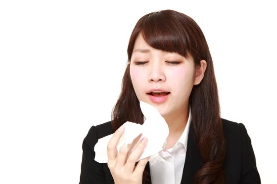 봄철 불청객 알레르기. 봄에 심해지는 비염·천식·결막염 등 알레르기 질환은 예방보다 약물·면역요법을 통한 치료·관리가 더 중요하다.