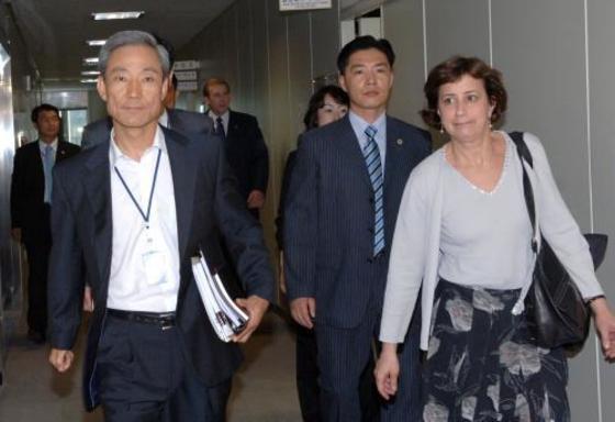 """2007년 6월 서울 외교통상부 청사에서 협상 후 나오는 김종훈 한국 수석 대표(왼쪽)와 웬디 커틀러 미국수석 대표. 둘은 15일 """"당시 숱하게 논쟁했지만 시간이 갈수록 전우애가 생겼다""""고 회고했다. [중앙포토]"""