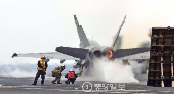 한미연합훈련인 독수리훈련(FE)과 키리졸브(KR) 훈련이 역대 최대 규모로 진행 중인 14일 한반도 동남쪽 공해상에 도착한 미국 제3함대 소속의 핵항공모함인 칼빈슨호 비행갑판에 F/A-18 전투기가 이륙하고 있다. [사진=공동취재단]