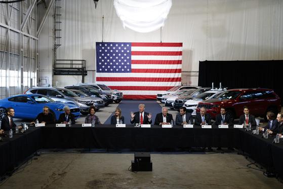 15일(현지시간) 미시건주 디트로이트 모빌리티센터에서 자동차 업체 간부들을 만난 도널드 트럼프 미국 대통령(가운데). [디트로이트 AP=뉴시스]