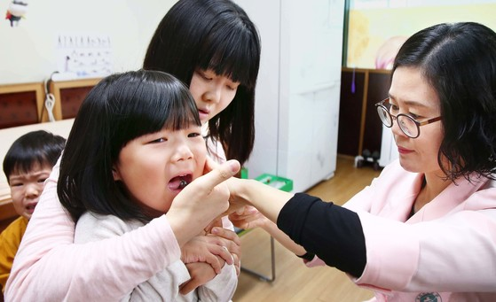 독감 예방접종을 받는 아이가 얼굴을 찡그리고 있다. 꾸준히 감소하던 독감 환자 수가 개학을 맞아 아이들을 중심으로 다시 늘어났다. [중앙포토]