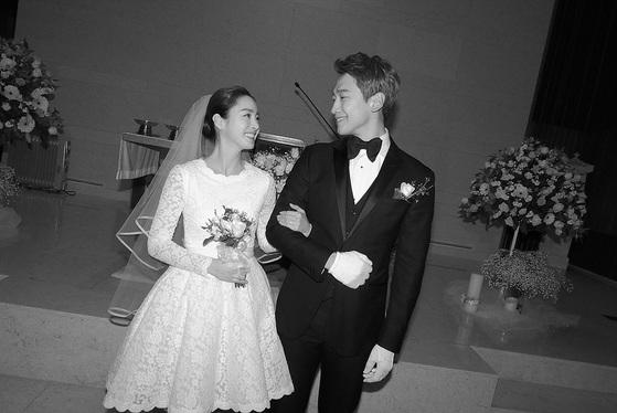 웨딩 드레스 트렌드. 지난달 19일 결혼한 배우 김태희의 웨딩드레스. 무릎 위로 올라오는 원피스형 드레스를 입었다.  [사진제공=레인컴퍼니]