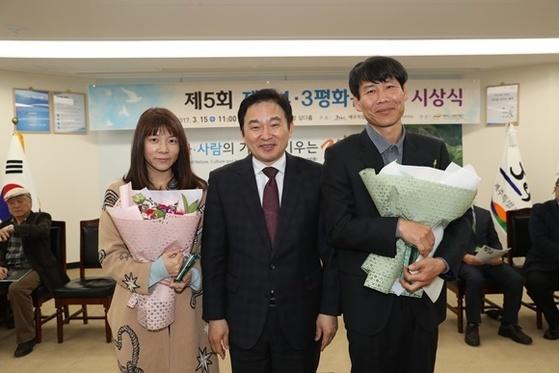 제주4·3평화문학상 소설 부문 상을 받은 손원평씨, 원희룡 지사, 시 부문 수상자인 박용우 시인(왼쪽부터)