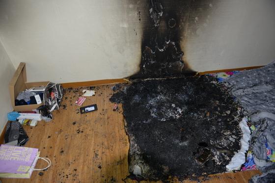 스마트폰 폭발로 추정된 화재현장 모습. [사진 경기도재난안전본부]