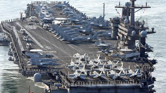미 해군 핵추진 항공모함 칼빈슨함(CVN-70)이 한·미 연합훈련인 독수리훈련에 참가하기 위해 15일 부산 해군작전기지에 입항했다. [부산=송봉근 기자]