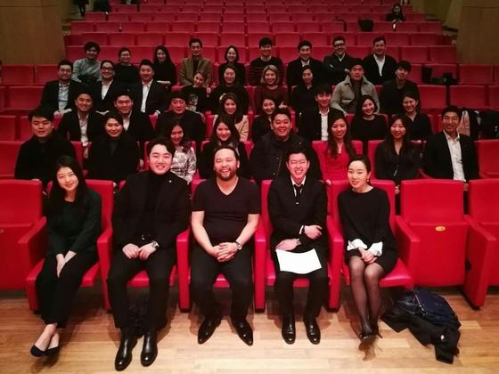 바리톤 사무엘 윤(앞줄 가운데)의 2017 마스터클래스에 참가한 성악가들 [사진 아트앤아티스트]