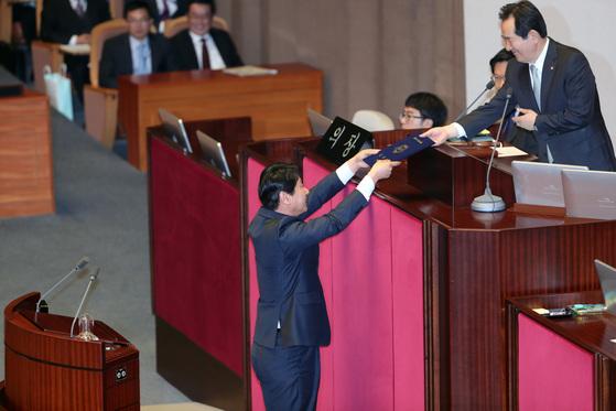 선서를 마친 심기준 의원이 선서문을 정세균 국회의장에게 전달하고 있다.