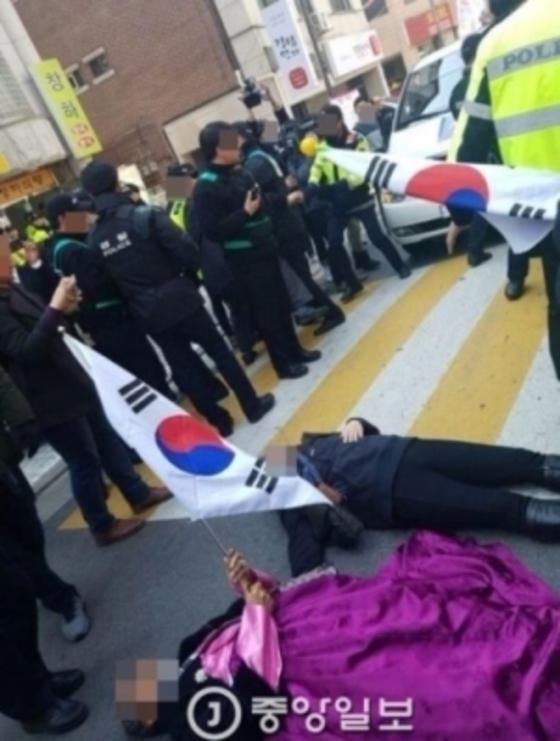 언론사 취재차량을 가로막는 박 전 대통령 지지자들. 김민관 기자