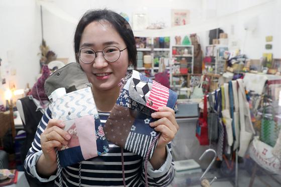 친환경 생활소품을 판매하는 '지구랑친구하기'김정은 대표. 자투리 천들로 만든 가방을 들고 있다. [사진 조문규 기자]