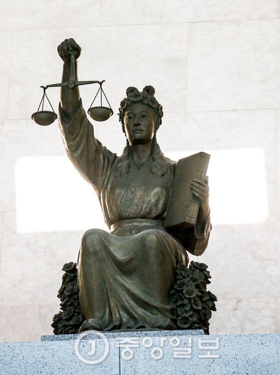 서울 서초구 대법원에 있는 정의의 여신상 [중앙DB]