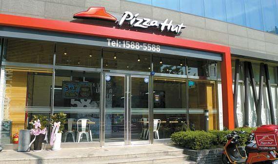피자헛은 331개 매장을 운영하며 60여 종의 피자와 사이드 메뉴를 선보이고 있다.