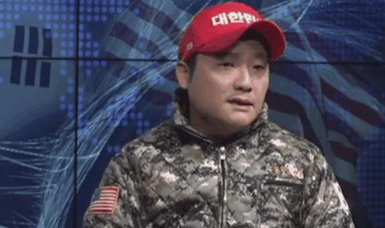 '몽둥이 시위' 장기정 자유청년연합 대표가 경찰에 입건됐다. [사진 유튜브 캡처]