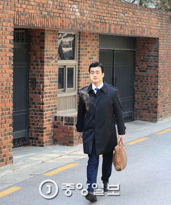 이영선 청와대 행정관이 16일 서울 삼성동 박근혜 전 대통령 자택을 방문한 후 걸어오고 있다. 임현동 기자