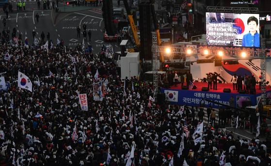 오는 18일, '국민저항 총궐기운동본부'가 대규모 탄핵무효 집회를 연다. [중앙포토]