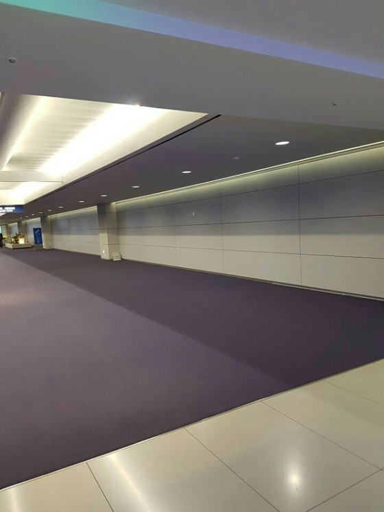 본지 보도 이후 인천공항공사는 입국심사장에 있던 짐들을 모두 치우게했다.