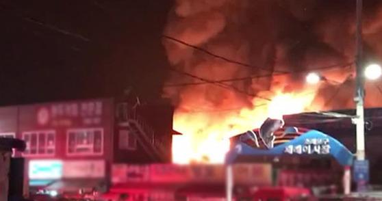18일새벽에인천 소래포구 어시장에 불이 났다. [사진 JTBC 캡처]