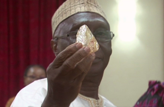 지난 15일(현지시간) 706캐럿의 초대형 다이아몬드를 발견한 에마누엘 모모 목사가 해당 다이아몬드를 들어보이고 있다. [AP=뉴시스]