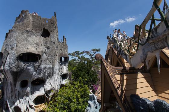 달랏의 명물 크레이지 하우스. 베트남의 가우디를 자처하는 건축가 당 비엣 응아가 설계했다.